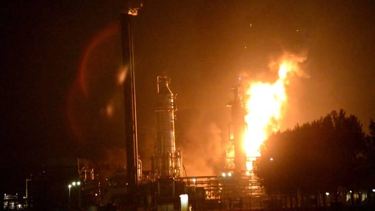Vlammen slaan uit Shell-complex Moerdijk
