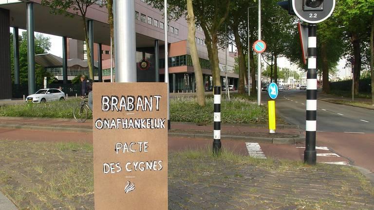 Een bord dat Pacte des Cygnes plaatste in Tilburg.