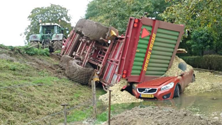 De maïswagen belandde boven op de auto