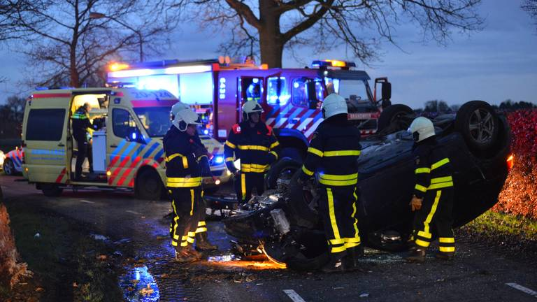 Auto crasht na achtervolging in Galder (Foto: Perry Roovers)