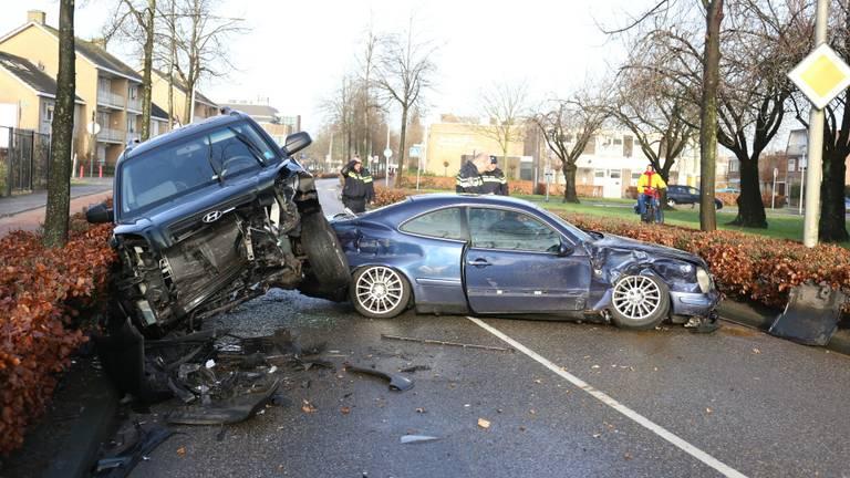 De auto's blokkeren de weg. (Foto: Alexander Vingerhoeds/Obscura Foto).