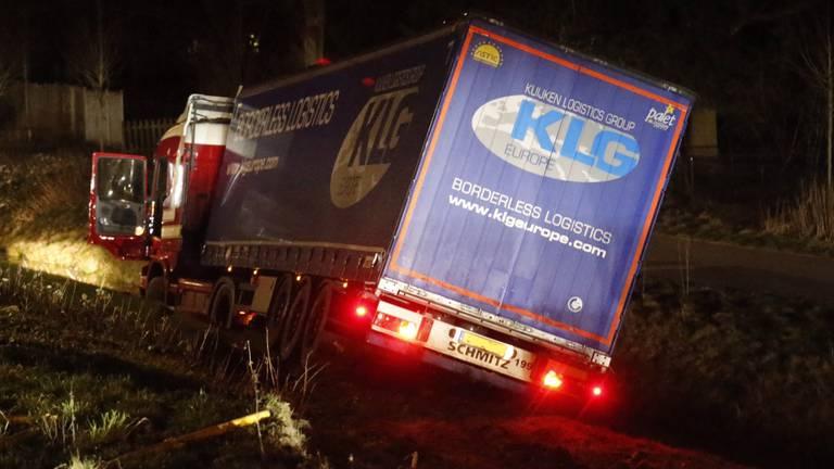 Vrachtwagenchauffeur schiet na ongeluk over meerdere rijbanen. (Foto: Gabor Heeres/SQ Vision)