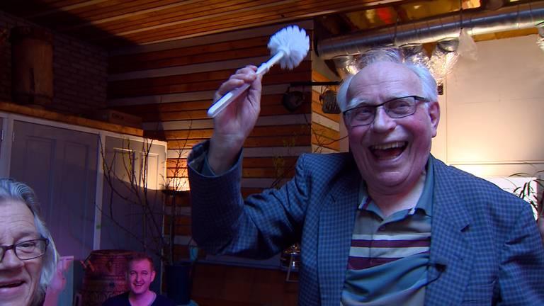 Broodpater Gerrit Poels geeft zijn zegen aan de doorstart van sociaal eethuis de Pollepel