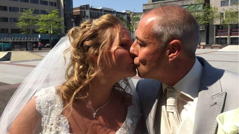 Het is hun geluksgetal, dus daarom wilde Wendy en Berry per se op vrijdag de 13e trouwen. Foto: Christel van der Meer