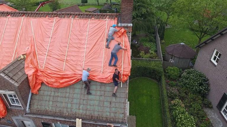 Zeilen op het dak in Luyksgestel (foto: Twan van der Heijden)