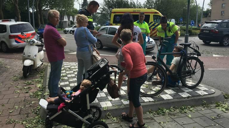 De fietser is naar een ziekenhuis gebracht. (Foto: Jozef Bijnen/SQ Vision)
