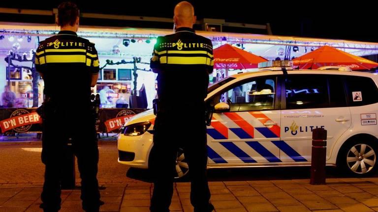 De politie kwam naar het café om de rust te herstellen. (Foto: Bart Meesters/Meesters Multi Media)