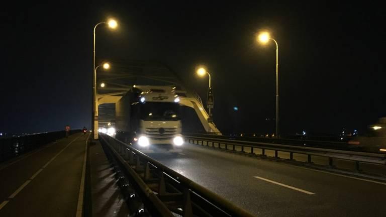 De Merwedebrug is weer open voor vrachtwagens. Foto: Jos Verkuijlen