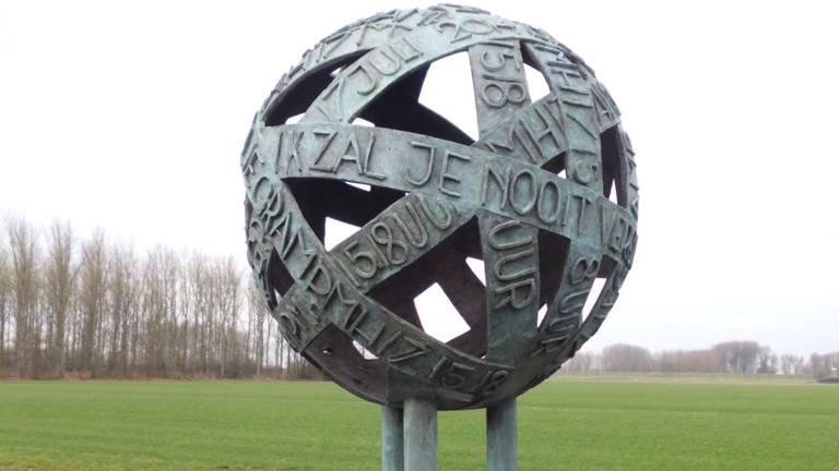 Het gedenkteken 'Verbinding', dat op vliegbasis Eindhoven staat. (Foto: Stichting Walk-for-298)