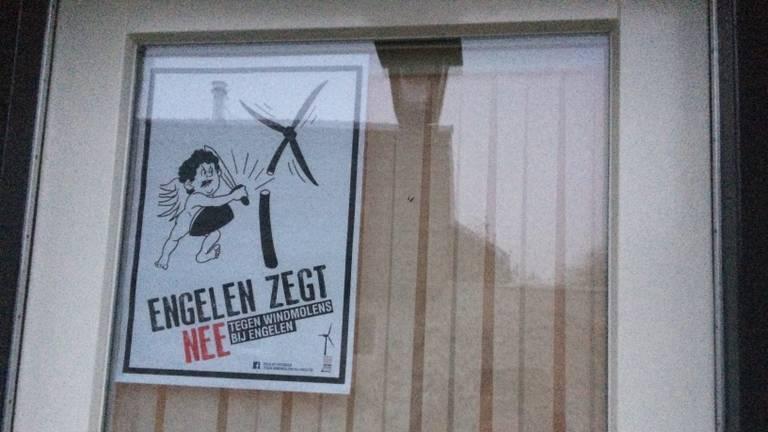 Buurtbewoners hebben protestposters opgehangen. (Foto: Daisy Schalkens)