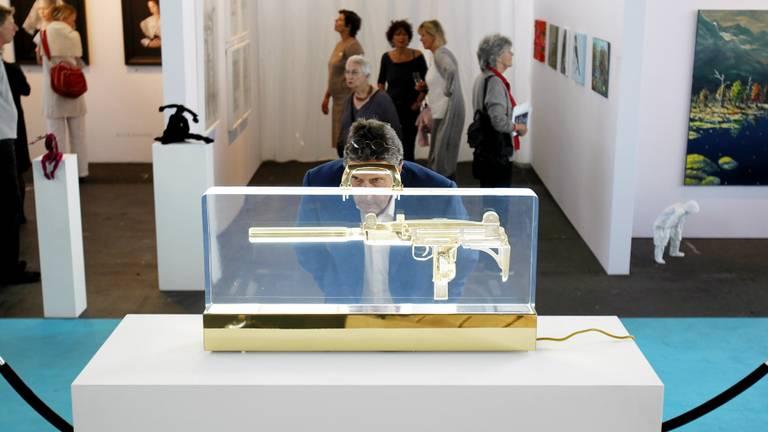 Een bezoeker bekijkt een werk van Ted Noten (Kunstenaar van het Jaar) op de KunstRai. Zo'n 70 Nederlandse galerieën exposeren en verkopen hedendaagse kunst in de RAI in Amsterdam.