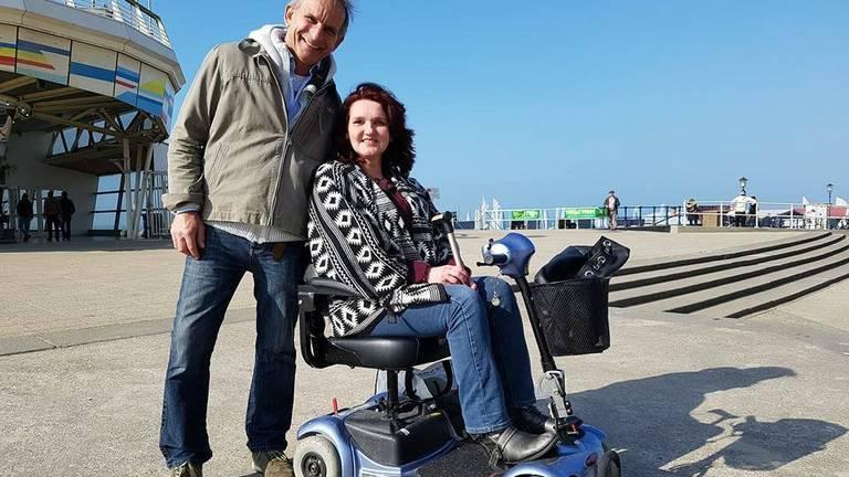 Johan Vlemmix met MS-patiënte Anita Smeets in Scheveningen.