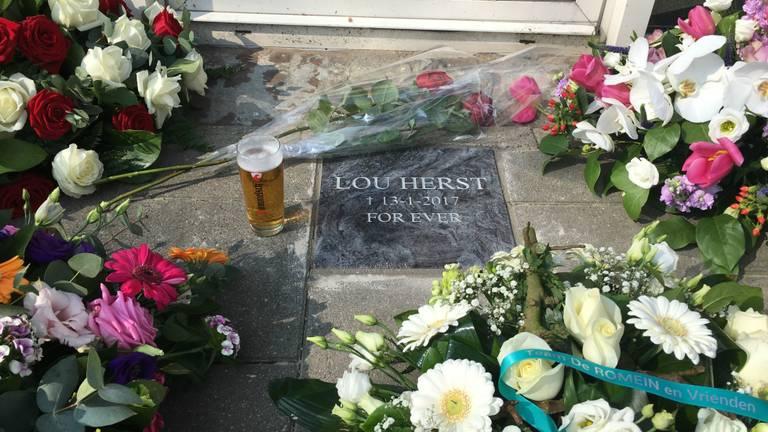 Bloemen en bier voor omgekomen Lou Herst
