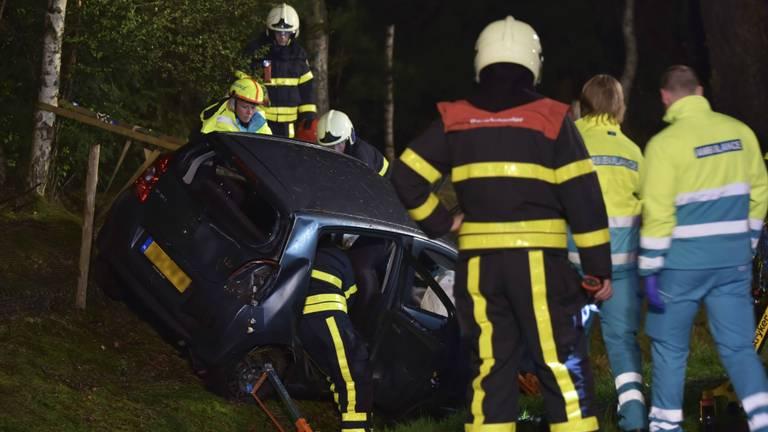 De auto crashte in een greppel. (Foto: Jules Vorselaars/JV-Media)