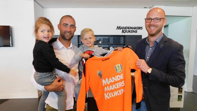Jordy Deckers (tweede van links) en RKC-directeur Remco Oversier (links) zijn blij (foto: RKC Waalwijk).