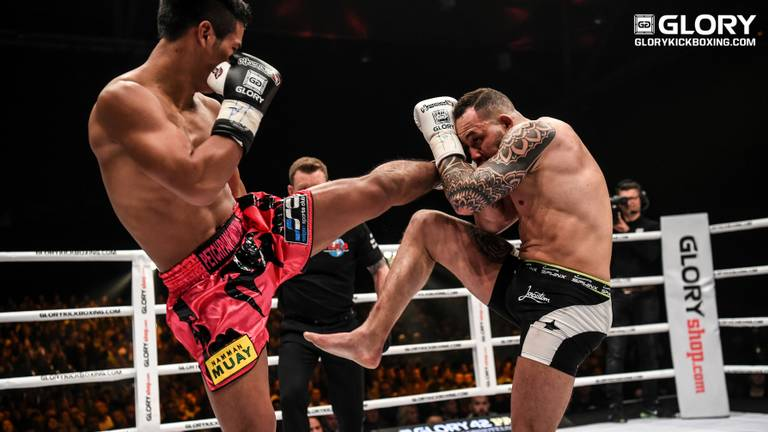 Robin van Roosmalen in duel met Petchpanomrung Kiatmookao (James Law/Glory Sports)