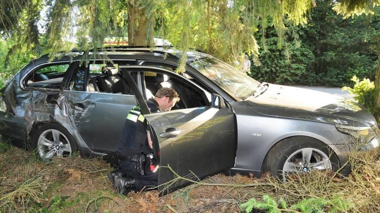 De auto kwam in de bosjes tot stilstand. (Foto: Harm van Leuken/SQ Vision)