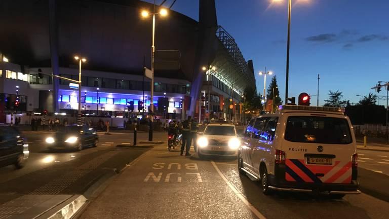 Politie bij het stadion. (foto: Nick den Boer/GinoPress)