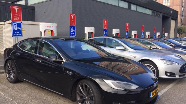 De Tesla's aan de snelladers bij Motel Eindhoven