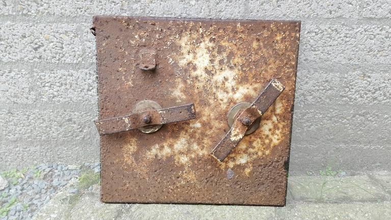 Het gestolen (en teruggestuurde) luik. (Foto: Facebook Oorlogsmuseum Overloon)