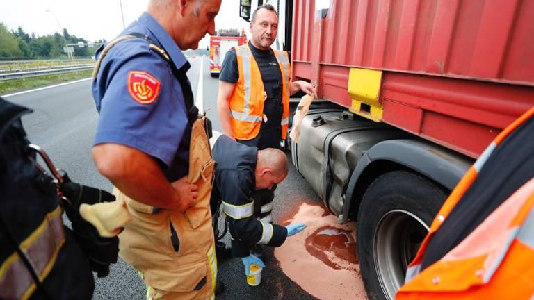 De vrachtwagen lekte diesel. (Foto: SQ Vision)