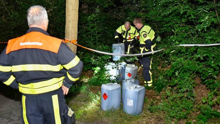 De brandweer heeft de vaten verzameld. (Foto: Jules Vorselaars)