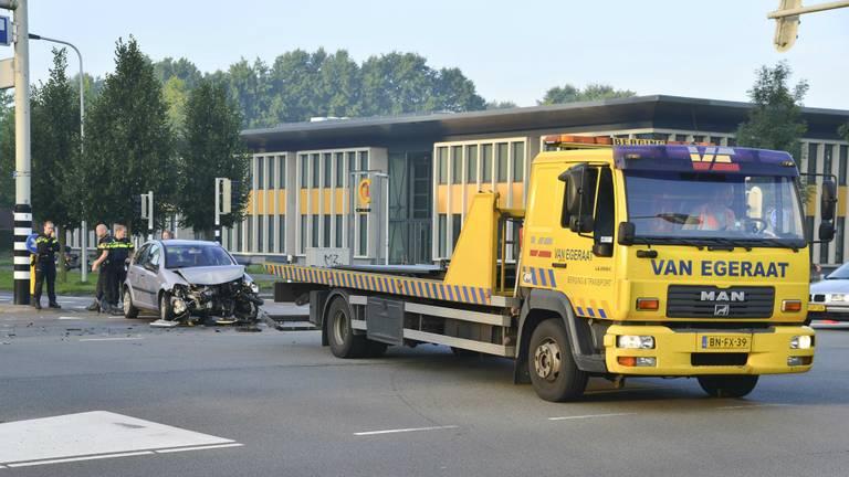 De auto raakte flink beschadigd. Foto: perry Roovers / SQ Vision Mediaprodukties