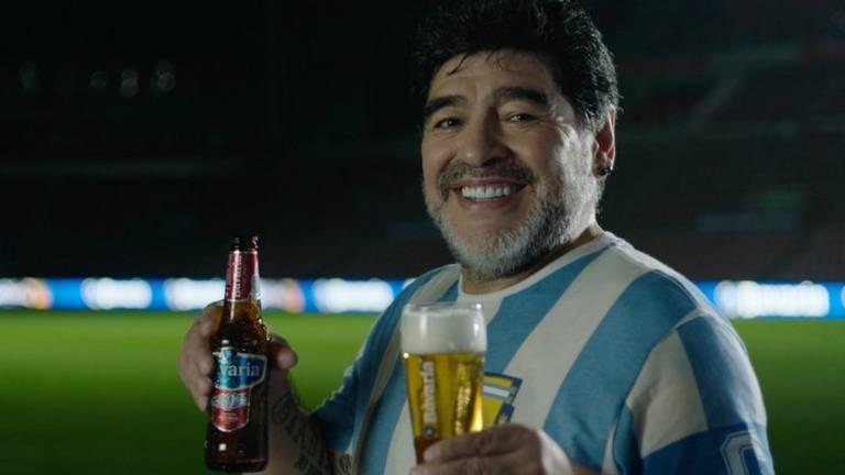 Diego Maradona met biertjes van Bavaria.
