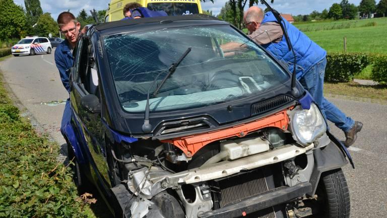 De Smart raakte flink beschadigd. (Foto: Perry Roovers)