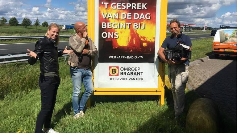 Medewerkers van RTV Noord verbazen zich over het reclamebord. (Foto: Facebook Expeditie Grunnen)
