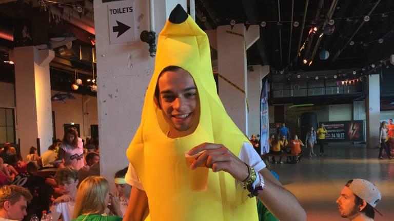 Gaan met die banaan! Robin geniet al vroeg van het bier. (Foto: Raymond Merkx)