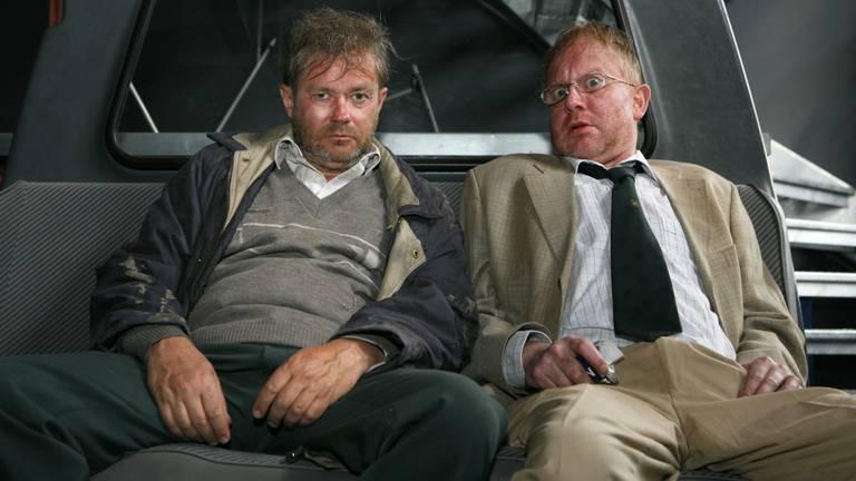 De presentatoren van Radio Bergeijk Toon Spoorenberg (Pieter Bouwman) en links Peer van Eersel (George van Houts). Foto: ANP
