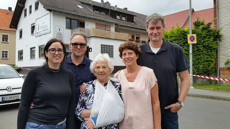 De zussen Petra (links) en Astrid, met hun mannen en moeder. Foto: AVROTROS