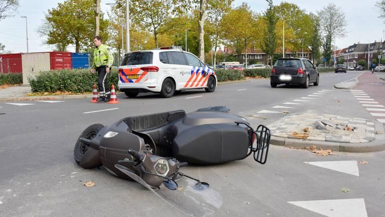 Politieauto en scooter botsen op de Spoorlaan Tilburg (Foto: Jules Vorselaars)