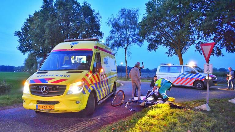 Fietsster aangereden door afslaande auto op kruising in Hapert (Foto: SQ Vision)