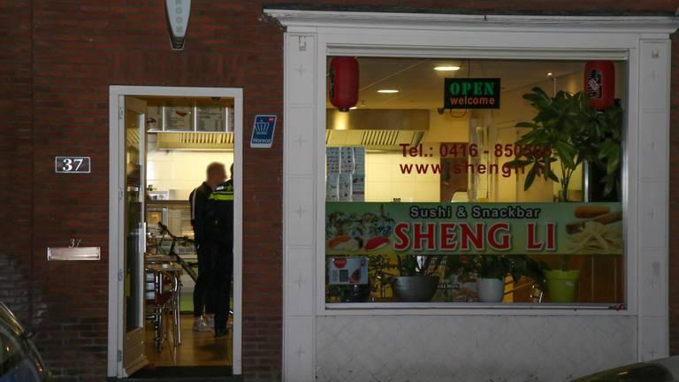 Politie doet onderzoek na overval op sushi- en snackbar Sheng Li. Foto: Ginopress
