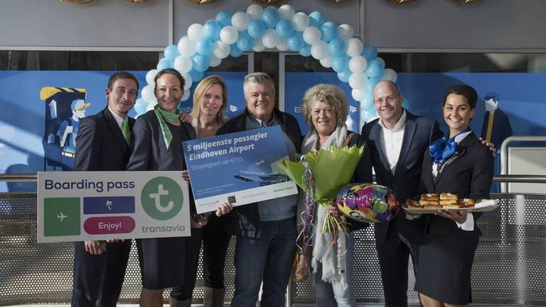 Mevrouw Smeets is de vijf miljoenste passagier. (Foto: Eindhoven Airport)