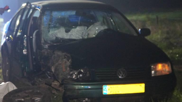 De auto raakte twee bomen. (Foto: Foto Persbureau Midden Brabant)