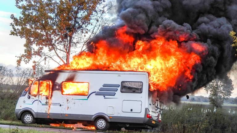 De camper stond in lichterlaaie. (Foto: GinoPress)