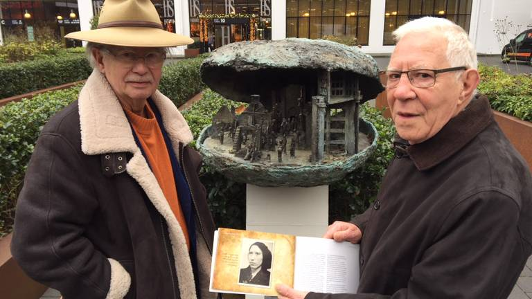 Peter Nagelkerke (l) en Johan Janssen bij het monument