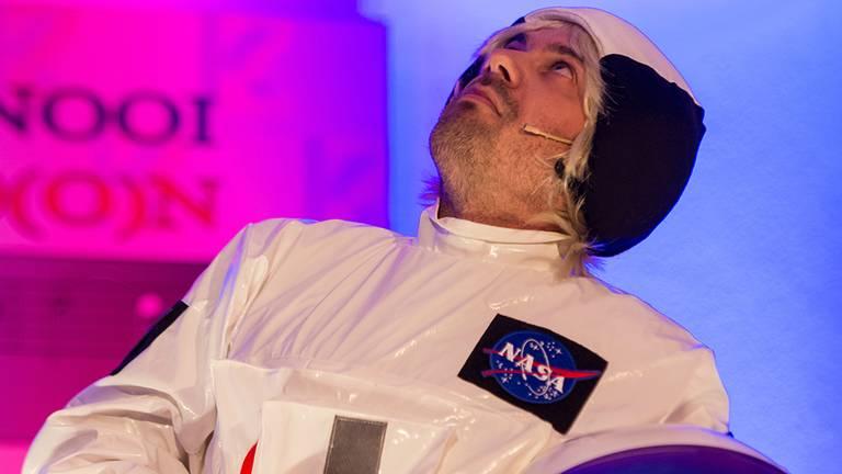 Dirk Kouwenberg als de astronaut. (Foto: archief)