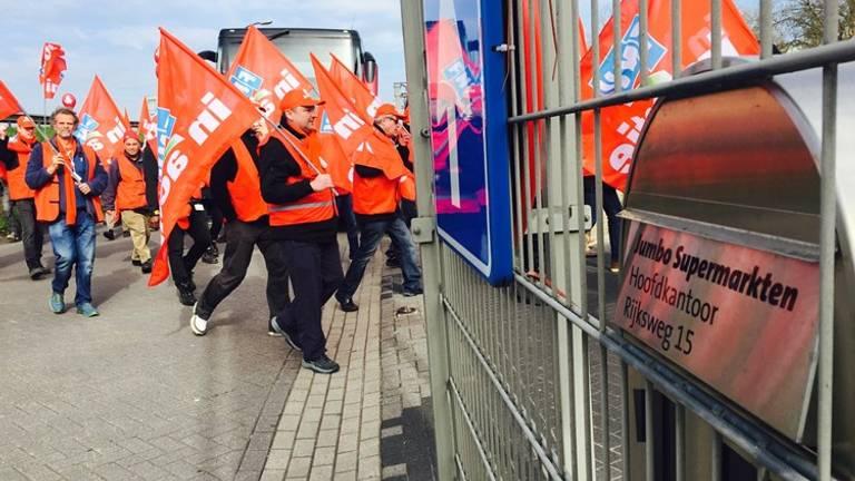 De staking voor het hoofdkantoor in Veghel (foto: Raoul Cartens)