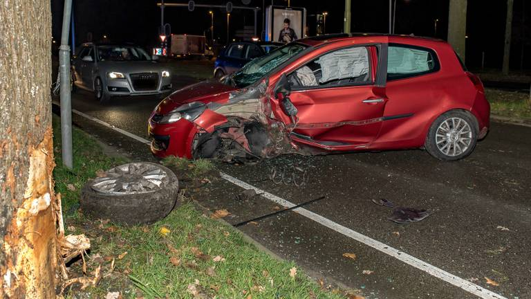 De automobilist raakte ernstig gewond en moest naar het ziekenhuis. (Foto: Jules Vorselaar)
