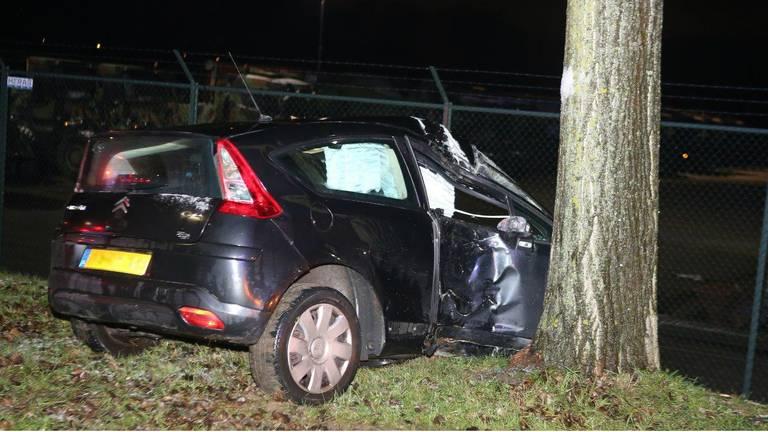 De auto is zwaar beschadigd. (Foto: Bart Meesters/Meesters Multi Media)