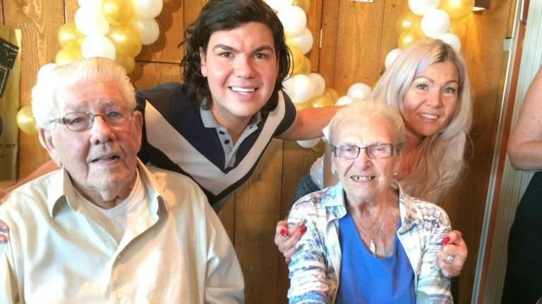 Roy Donders en zus Rian met zijn oma en opa. (Foto: Daisy Schalkens)