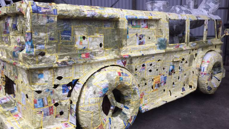 De bouw van de Carnavalswagen van Bende Betoeterd is al in volle gang. (Foto: Ilse van Beek)