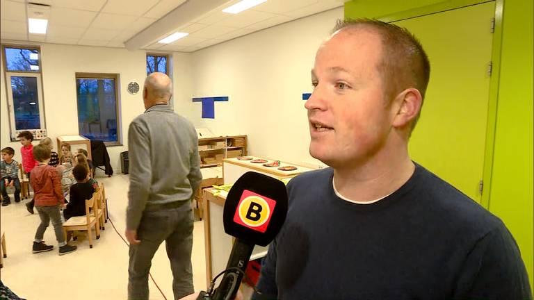 Papa Jeroen is woensdag een van de voorleesvaders op basisschool De Wilderen in Waalre. (Beeld: Omroep Brabant)