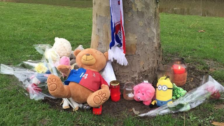 Knuffels en kaarsen bij de plek waar Siem viel, onder een aanhanger terecht kwam en overleed