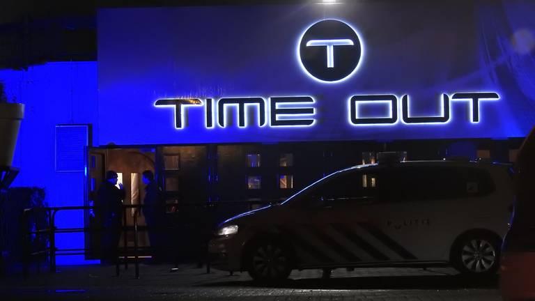 Beveiliger en auto's aangereden bij Time Out (foto: Danny van Schijndel).