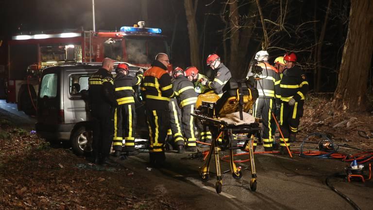 De bestuurder en bijrijdster werden door ambulancepersoneel behandeld. (Foto: SQ Vision)
